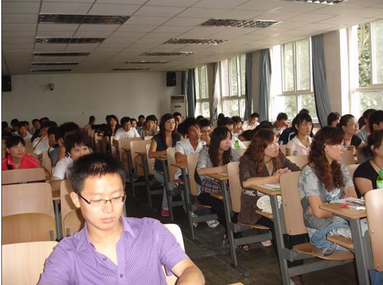 开学典礼同学们耐心倾听