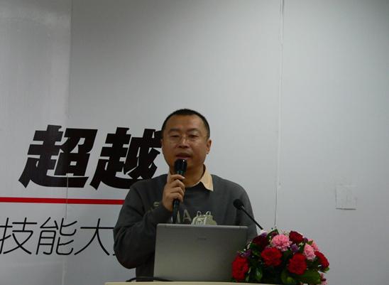 弘成学苑总经理高嵩先生讲解了弘成学苑数字化学习中心的产品及模式
