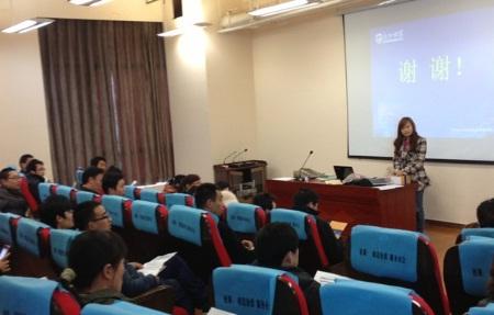 弘成学习中心老师在向新学员介绍学习平台