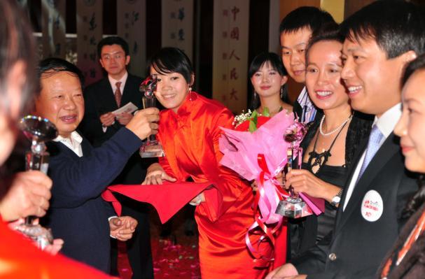 全国高校现代远程教育协作组秘书长严继昌为弘成员工颁奖