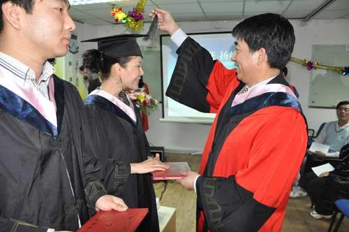杨青院长为毕业生拨动帽穗