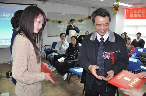 乔东林书记为毕业生颁发毕业证书