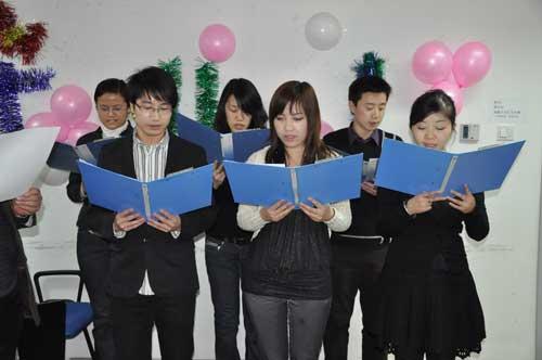弘成学苑员工领唱校歌