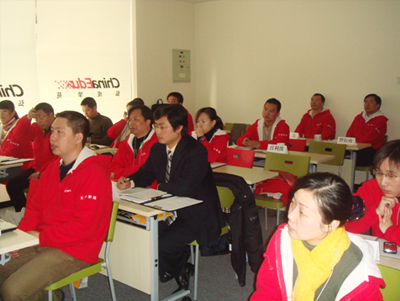 弘成学苑各数字化学习中心主任在弘成学苑北京数字化学习中心听讲